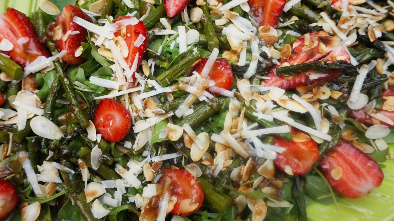 sałatka z rukoli ze szparagami i truskawkami