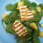 sałatka z mango i halloumi
