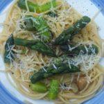 spaghetti ze szparagami i pieczonym czosnkiem