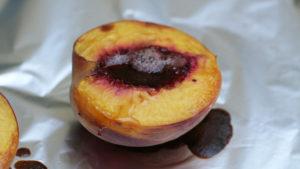 Pieczona brzoskwinia z granolą
