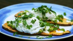 Tosty z batata z jajkiem i awokado