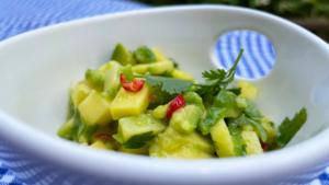 Dorada z salsą z mango i awokado